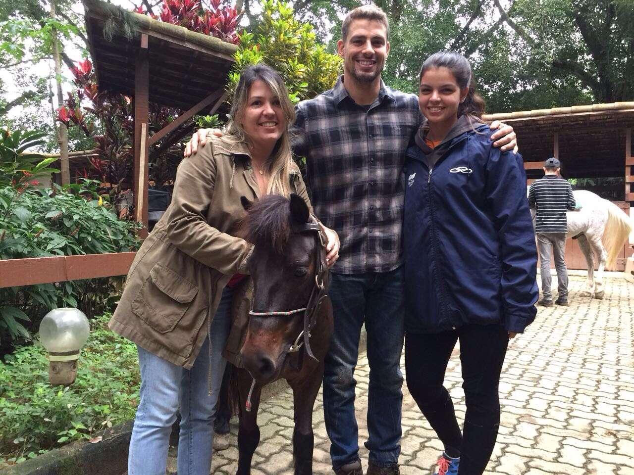 Cauã Reymond aproveita folga para cavalgar na companhia da filha e da mãe 1