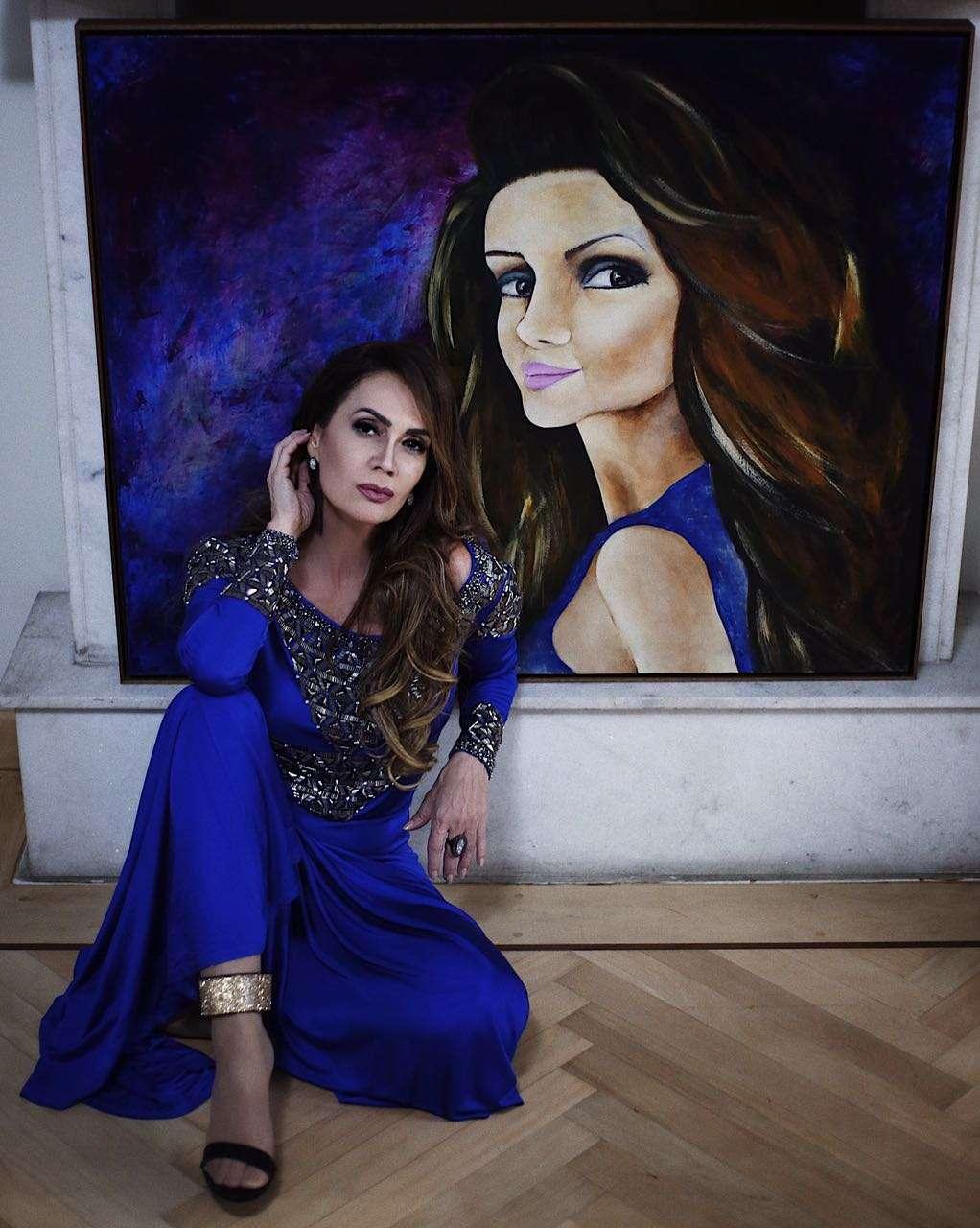 Claudia Métne tirou foto com o quadro que ganhou do internacional artista plástico Rubén Torrego 1