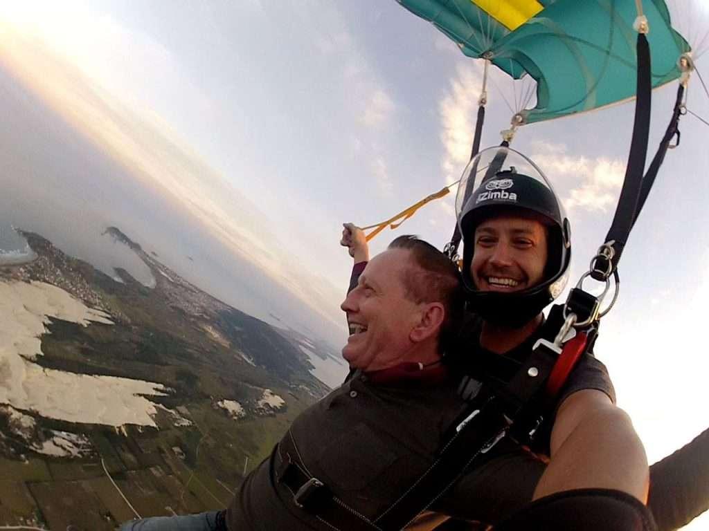 Pai de atleta salta de paraquedas aos 68 anos 5