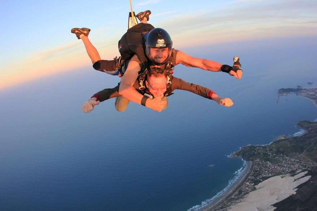 Pai de atleta salta de paraquedas aos 68 anos 3