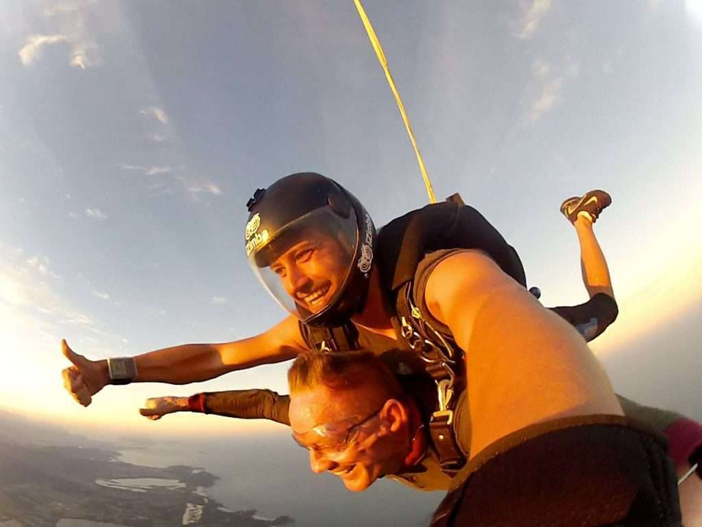 Pai de atleta salta de paraquedas aos 68 anos 4