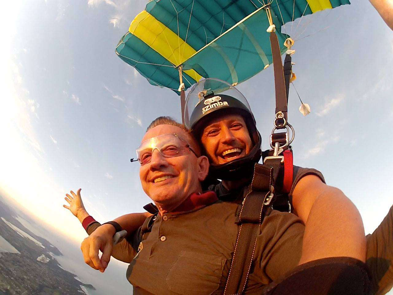 Pai de atleta salta de paraquedas aos 68 anos 1