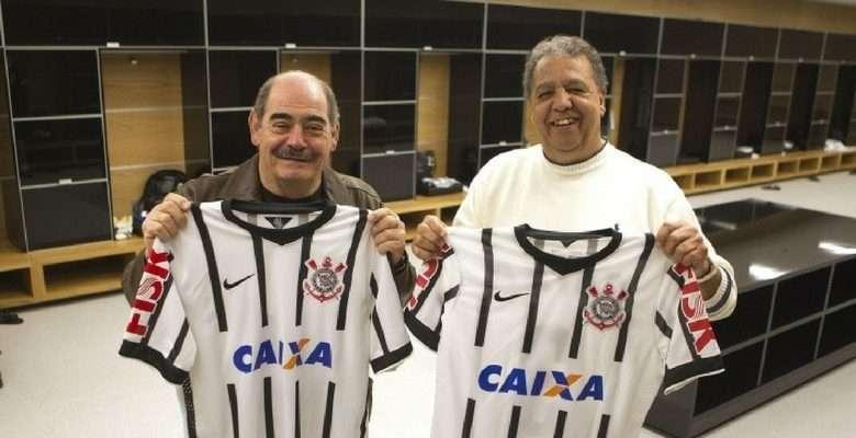 Tião (à dir.) exibe presente que recebeu do Corinthians AL lado de Rivelino ( à esq.) - Foto: Daniel Augusto Jr.- Agencia Corinthians