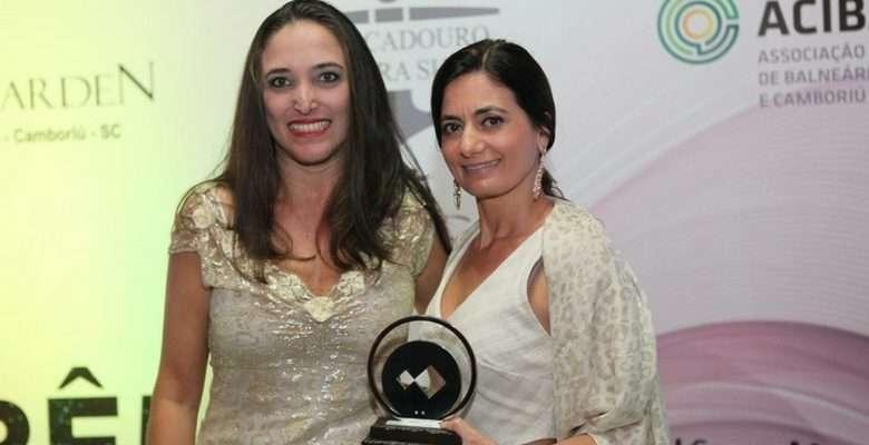 Andriana Seemann entregou o trofeu para Elizângela Cardoso, do Balneário Shopping