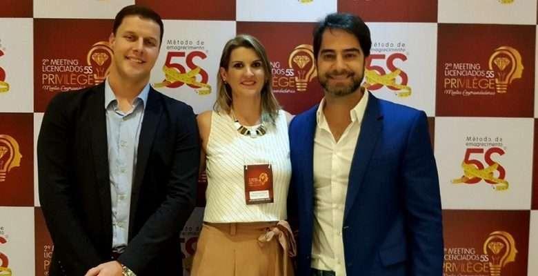 Na foto, Dra. Andressa Moraes ladeada pelos doutores Dr. Túlio Sperb e Dr. Victor Sorrentino, ambos integrantes do departamento de P&D do Método 5S.