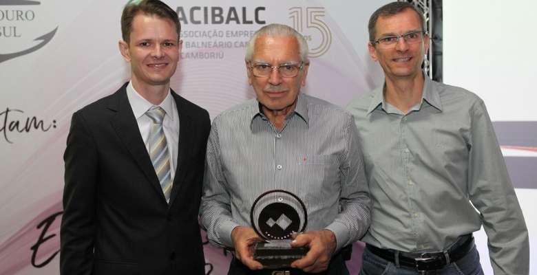 Gustavo e Leandro Santos, da Santos Centro Automotivo, foi homenageada pelo seus 50 anos e recebeu o troféu das mãos do presidente Augusto Munchen