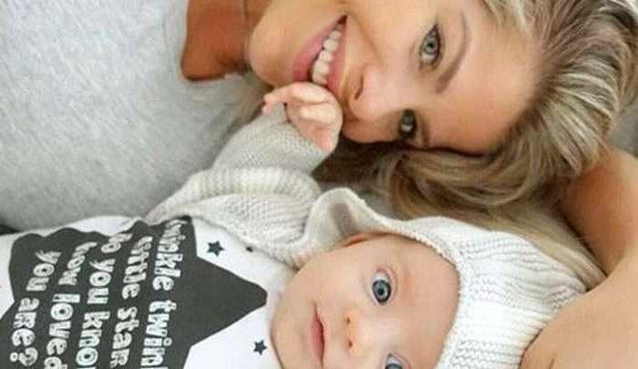 Karina Bacchi com o filho