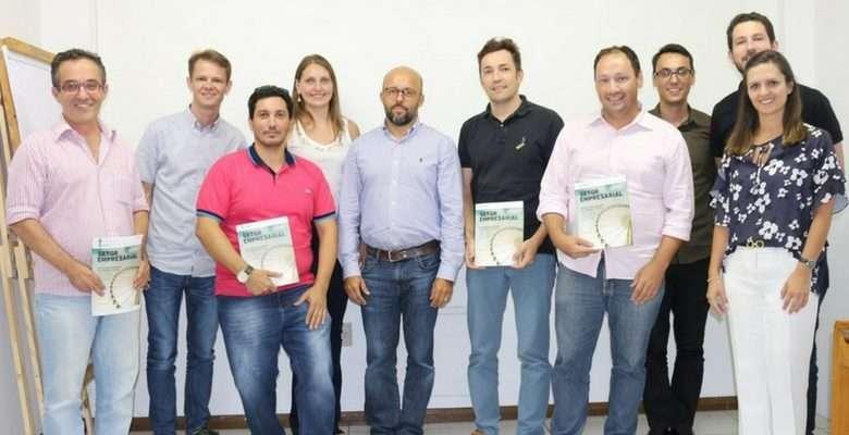 Diretoria da Acibalc com o diretor-pre ... a concessionária Águas de Camboriú. - Fotos: Silvia Mendes