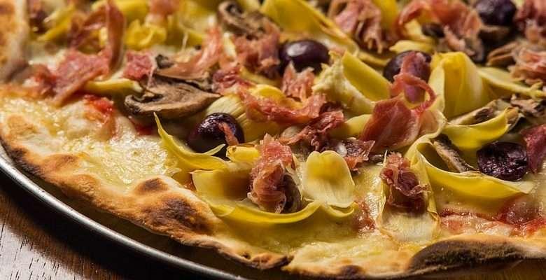 """Soleil Pizza inaugura nova área com o conceito """"pizza bar"""" - """"Capricciosa"""", com Presunto Parma, alcachofra, cogumelo e azeitona"""