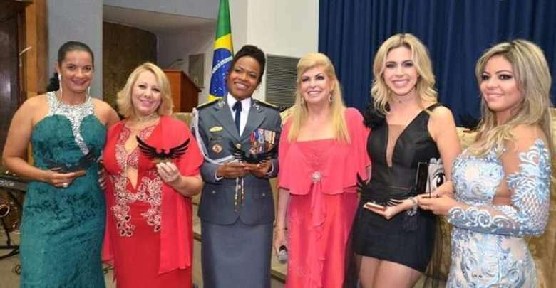 Colunista Sandra Pereira recebe o Troféu Mulher do Ano