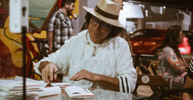 Escritor Joel Gehlen Marca Presença Na Feira Do Livro De Joinville