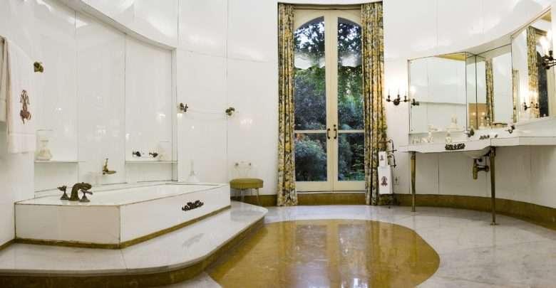 """Visitas """"Experimentando o Museu"""" tem como tema a história do conforto. O suntuoso banheiro da Casa-Museu Ema Klabin, revestido em placa de vidro leitoso. Foto: Erick Diniz"""