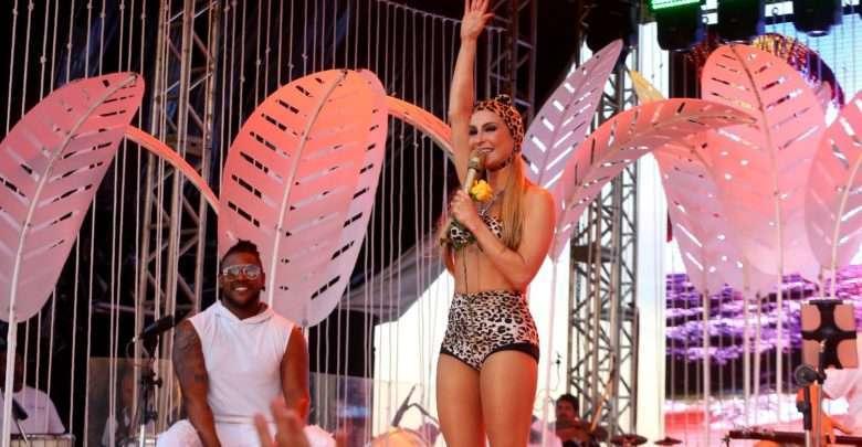 A Cantora Claudia Leitte Faz Show Vestida De Oncinha