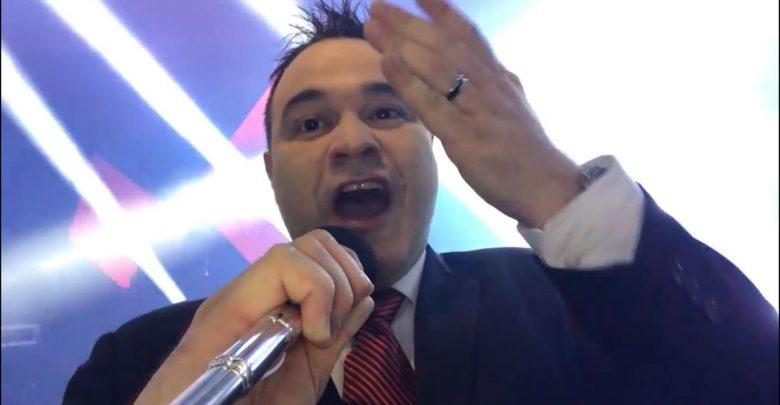 Tofanelo polemiza em entrevista de rádio e é contratado na hora pelo diretor 1