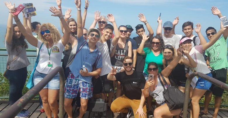 Bela Day apresenta as atrações turísticas aos seus novos promotores