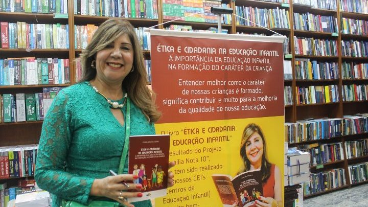 A especialista em Educação Dra.Eliana Agassi de Castro atraiu grande público no lançamento de seu livro 1