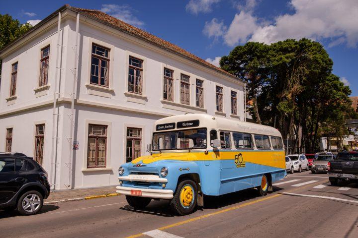 Ônibus Chevrolet de 1961 é uma atração turística na Serra Gaúcha