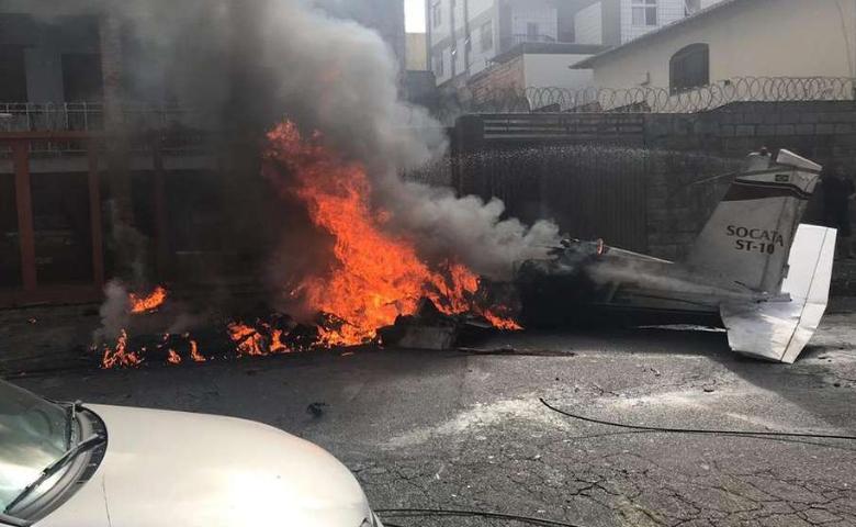 Avião de pequeno porte cai em área residencial de Belo Horizonte - Divulgação