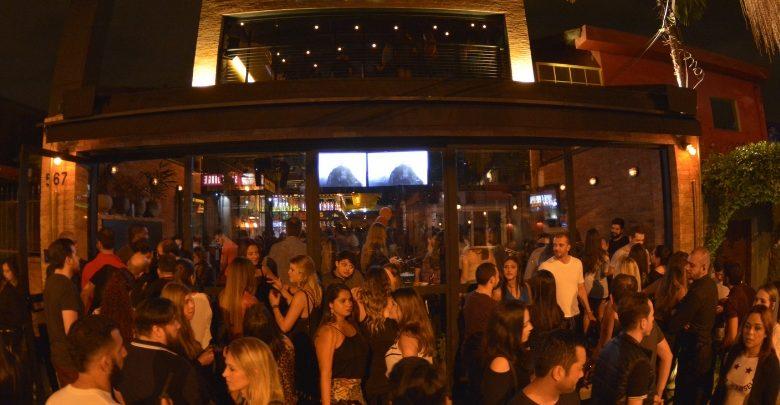A casa conta com bares independentes que agilizam os pedidos, mesas de boteco, petiscos saborosos e drinks