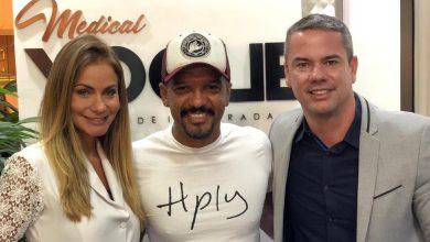 Fabio Beça com o Dr. Henrique Passos e a Dra. Michelle Ferreira Divulgação