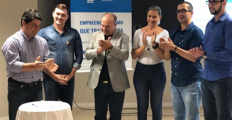 Sebrae - Autoridades durante assinatura do termo de adesão ao Projeto Cidade Empreendedora Roberta Watzko