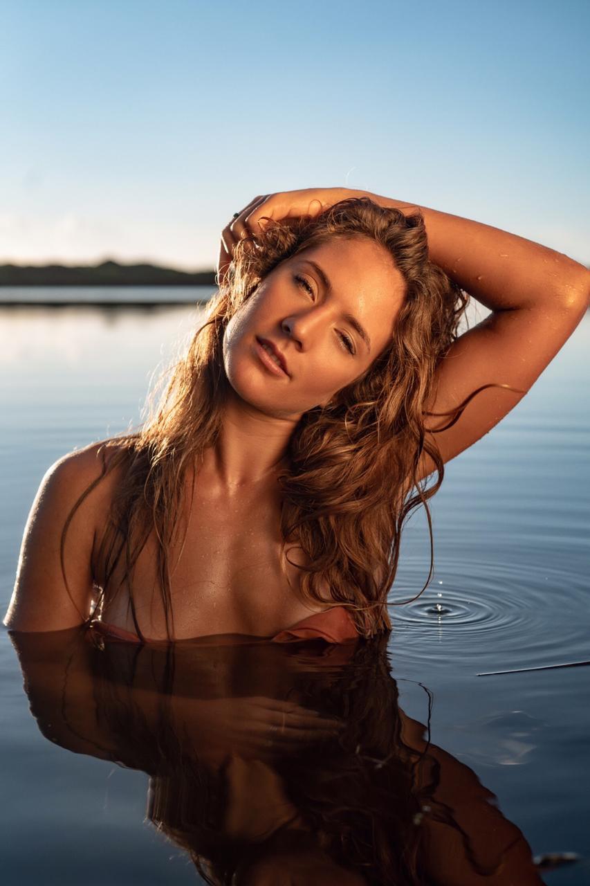 Maya Nobre se divide entre o modelar, surfar e estudar