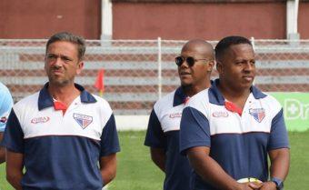 Comissão técnica do União Suzano - (Imagem - Luiz Cavalheiro (esquerda) e Jackson Ribeiro (ao fundo) / Foto: Marcelo Germano)