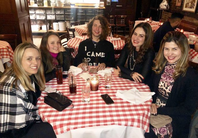 Larissa Manoela e Lucas Jagger comemoram aniversário de Sophia Volpe em NY 3