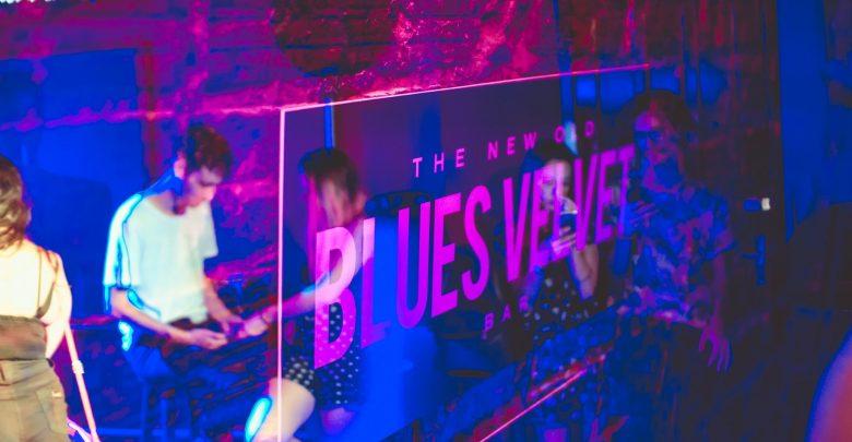 Karaokê no Dia dos Namorados noite de rock e Drag performances na agenda do Blues Velvet Bar 1