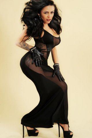 Posando com modelito a la Lady Gaga Amanda Ribeiro conquista Milão 9