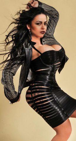 Posando com modelito a la Lady Gaga Amanda Ribeiro conquista Milão 7