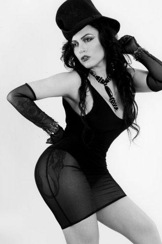 Posando com modelito a la Lady Gaga Amanda Ribeiro conquista Milão 6