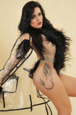 Posando com modelito a la Lady Gaga Amanda Ribeiro conquista Milão 4