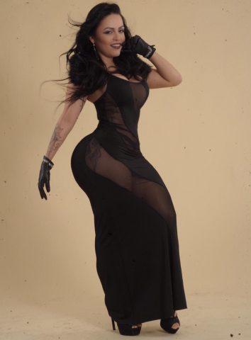 Posando com modelito a la Lady Gaga Amanda Ribeiro conquista Milão 2