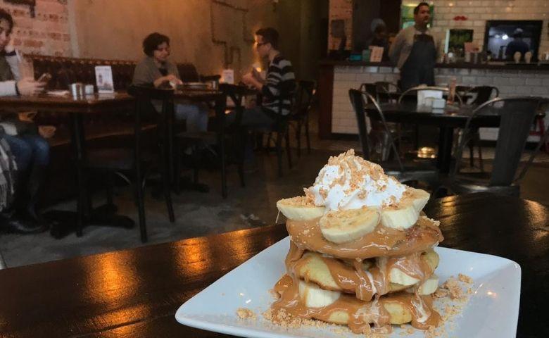 Chelsea Burgers & Shakes - Panqueca de banana com doce de leite e paçoca- Divulgação