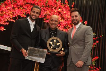 Colunista Fernando Rufino recebe troféu